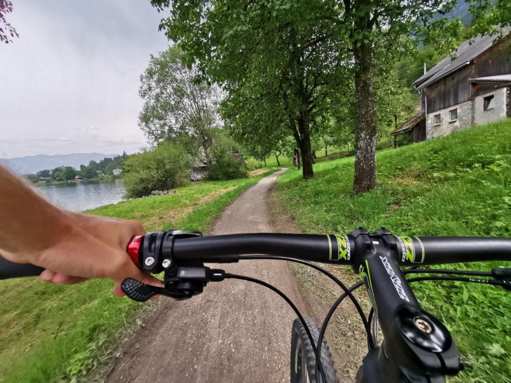 Hallstättersee Radweg - idyllisch am See zwischen Bauernhöfen radfahren