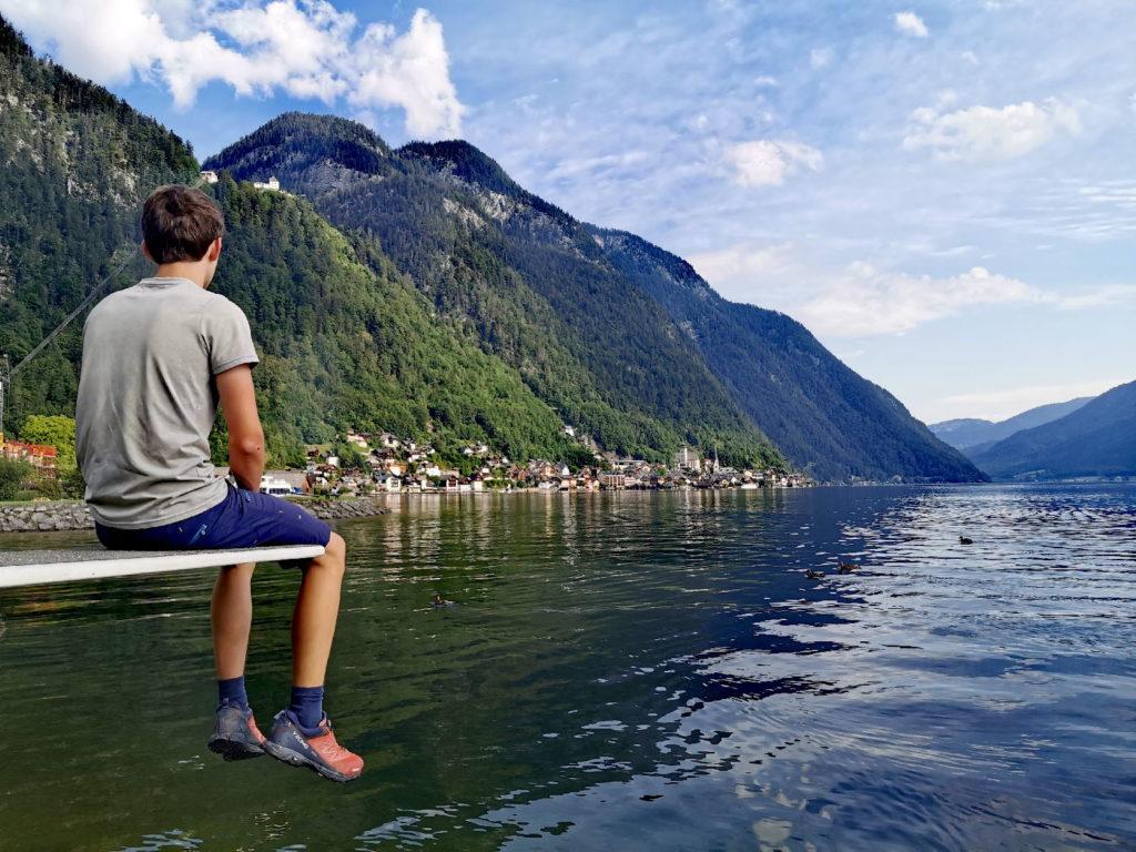 Der Blick über den Hallstätter See auf das historische Hallstatt