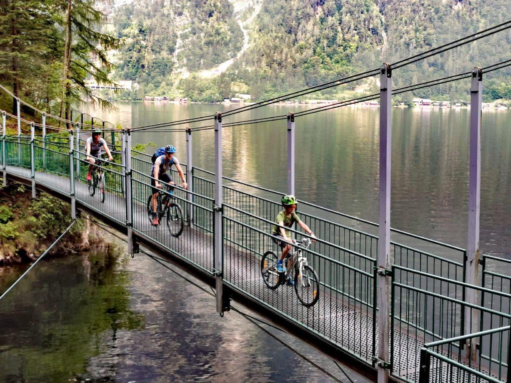 Ostuferweg Hallstätter See - über die Hängebrücke geht´s auf die Stahlkonstruktion