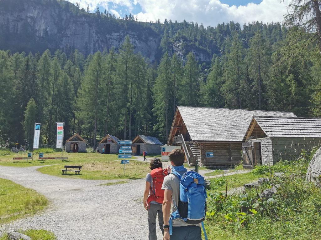 Bei der Bergstation der Gondel beginnt die kleine Wanderung zur Dachstein Eishöhle. Hier ist auch ein kostenloses Museum über die Höhlen.