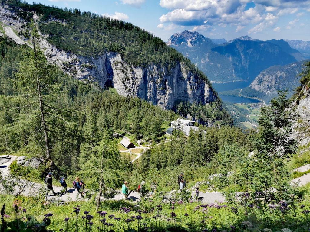 Panoramablick auf den Dachstein Eishöhle Wanderweg, hinten der Hallstätter See