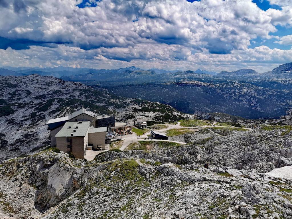 Die Krippenstein Bergstation ist Ausgangspunkt für die Five Fingers Aussichtsplattform, die Welterbespirale Aussichtsplattform und den Dachstein Hai