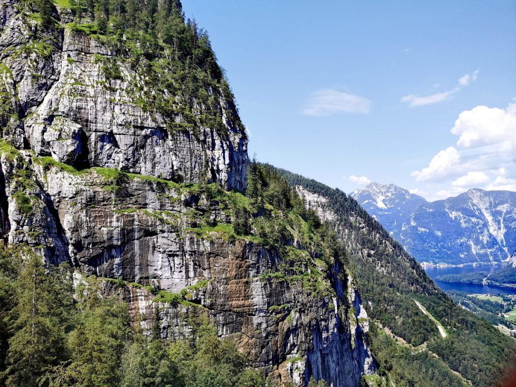 Die Aussicht auf die Krippenstein Felswand bei der Fahrt von Obertraun zur Schönbergalm