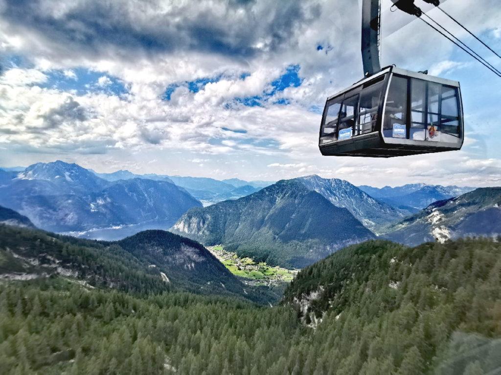 Mit der Krippensteinbahn kommst du hinauf zum Gipfel - samt guter Aussicht auf der Fahrt