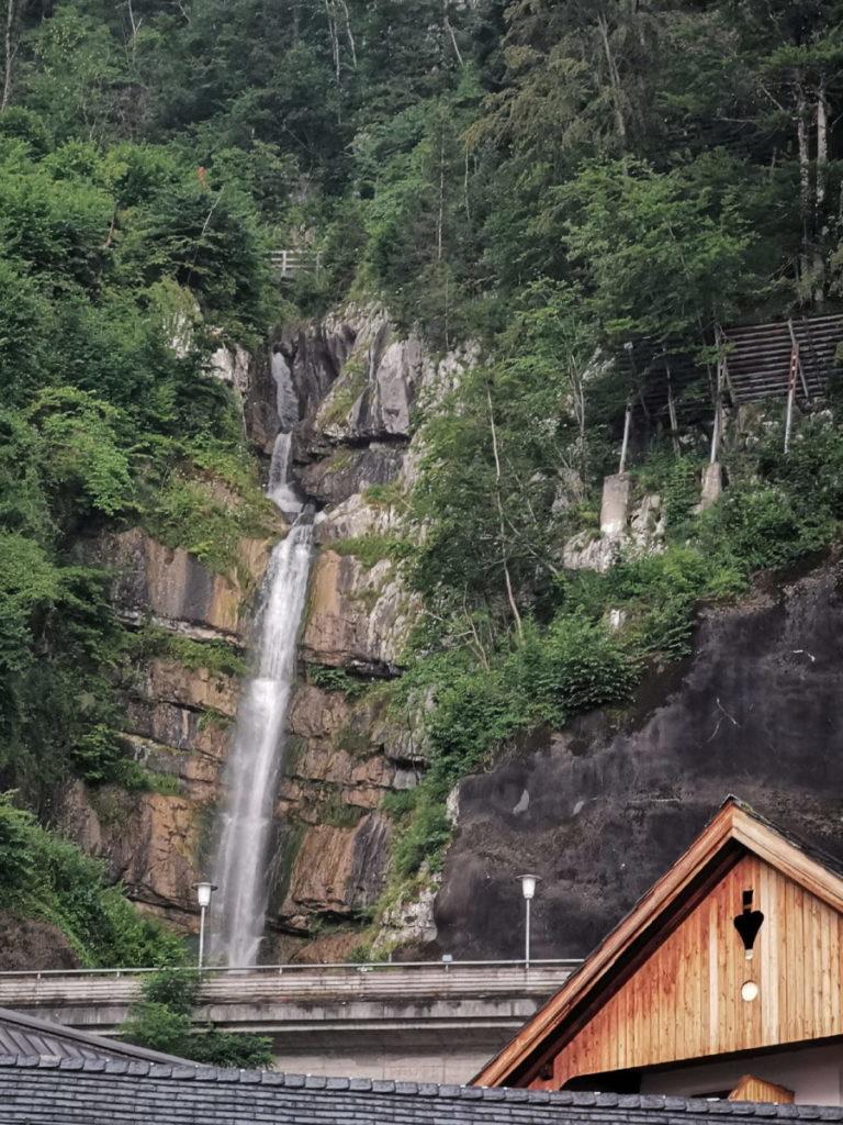 Der Blick von Hallstatt auf den Mühlbach Wasserfall